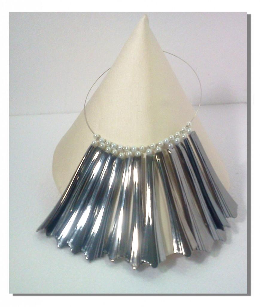 Collana realizzata con manici di cucchiai di plastica
