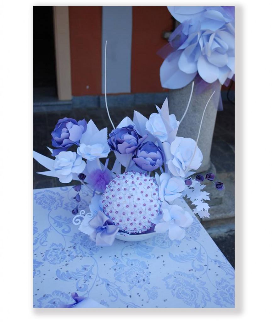 Centrotavola sposi realizzato con fiori di carta e palla pomander