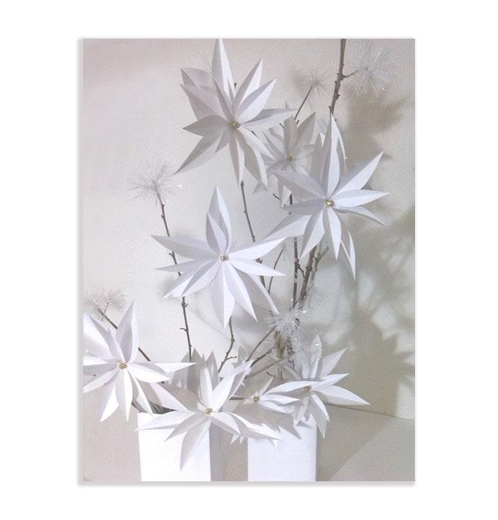 Addobbi natalizi realizzati in carta e rami secchi