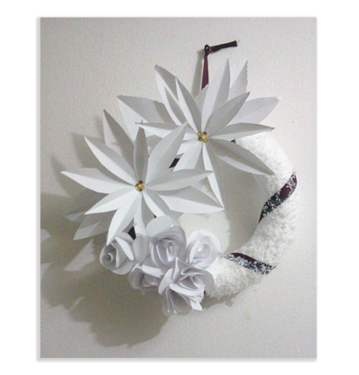Ghirlanda natalizia con fiori di carta