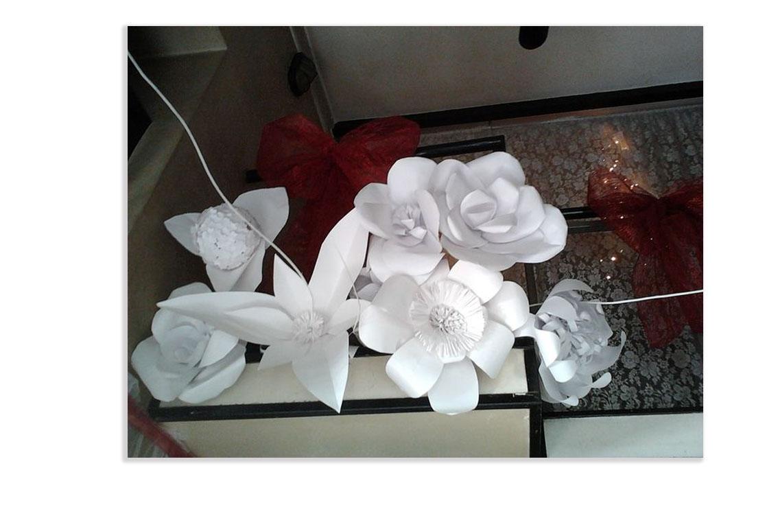 Allestimento con fiori di carta giganti