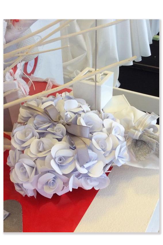 Portafedi in rose di carta